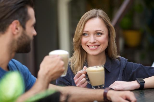 コーヒー片手に微笑む外国人女性