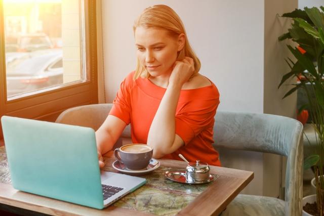 パソコンを見る外国人女性